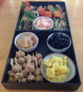 Zwei mit Osechi gefüllte Jubako-Etagen nach dem Workshop von sensei Elizabeth Andoh.