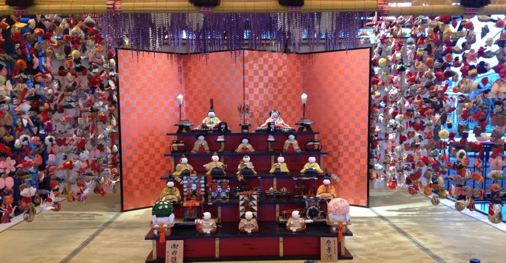 Hina Matsuri-Dekoration in der Eingangshalle des Meguro Gajoen