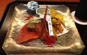•Auftakt im 'Nihonbashi Yukari'-Herbsmenü im November. Nagori: Süsse Kaki, deren Shun-Zeit im September und Oktober ist.