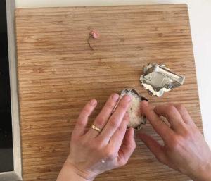 Den Reis mit den Fingern vorsichtig in den Ecken verteilen