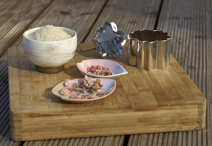 Zutaten für Kirschblütenreis: Japanischer Reis, gesalzene Kirschblüten und optional eine Reisform
