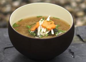 Fertige Miso Suppe mit Wakame, weissen Rübchen, Karotten und Schnittlauch