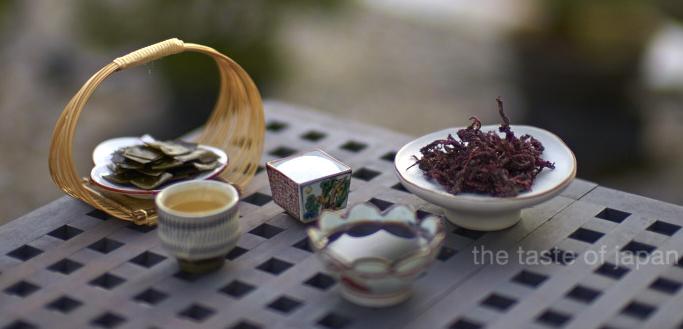 Zutaten: Kombu-Algen, Mirin, Zucker, Sojy Sauce und Yukari (nicht abgebildet: Sake und Essig)