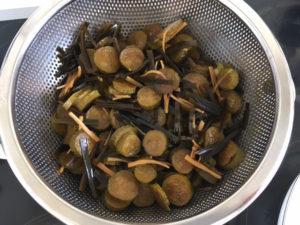Tsukemono herstellen: Wenn das Gemüse noch zu knackig ist, die Flüssigkeit abseihen und den Prozess wiederholen.