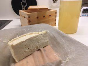 Fertiger fester Tofu.