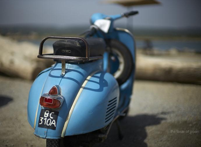 Ein Roller so blau wie das Meer