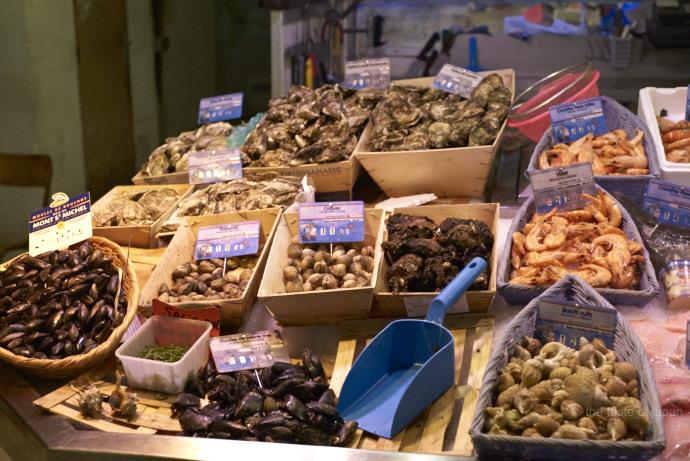 Körbe über Körbe mit Muscheln und Meeresfrüchten