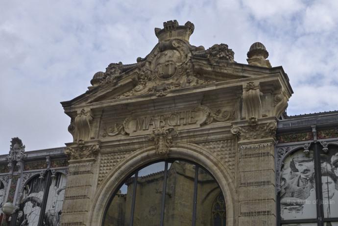 Französisches Urlaubsflair - Eingang der Markthalle in Narbonne