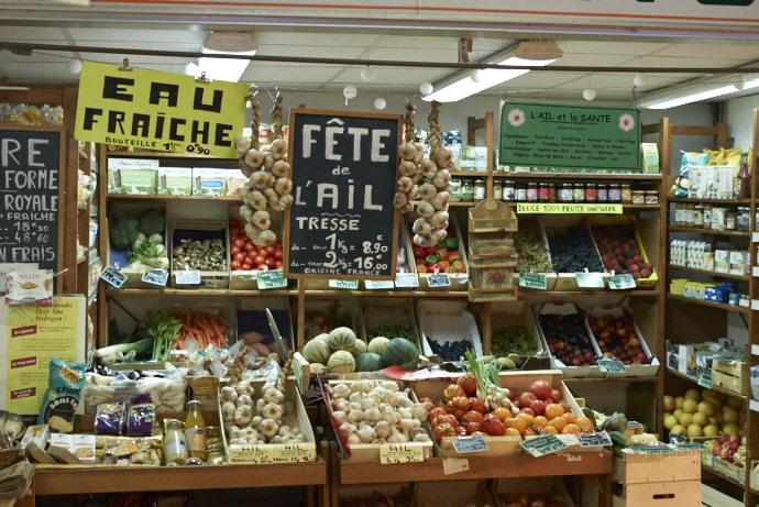 Frisches Gemüse türmt sich in der Markthalle von Barbonne