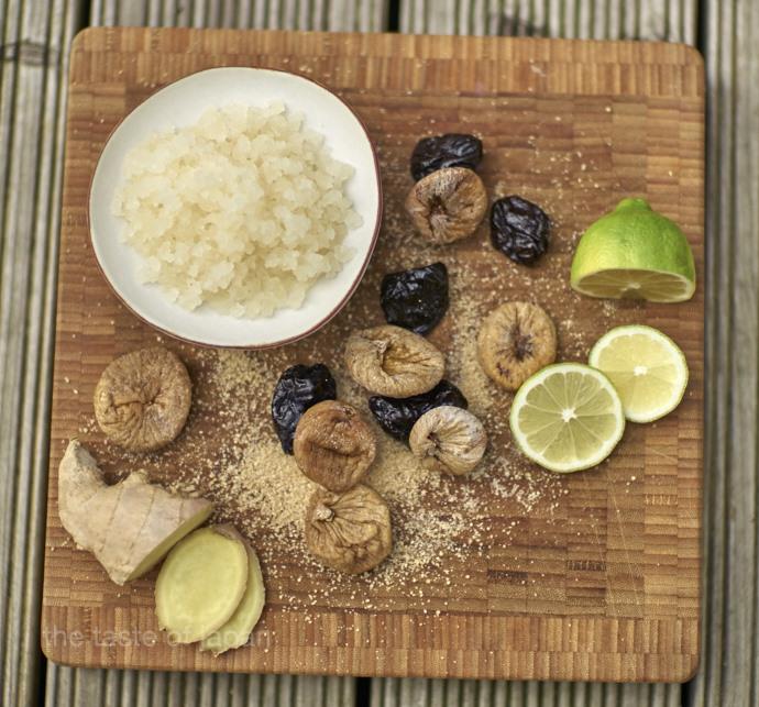 Zutaten für Wasserkefir: Die Kristalle verschiedene Trockenfrüchte, brauner Zucker und Limetten. optional Tomaten wie Ingwer