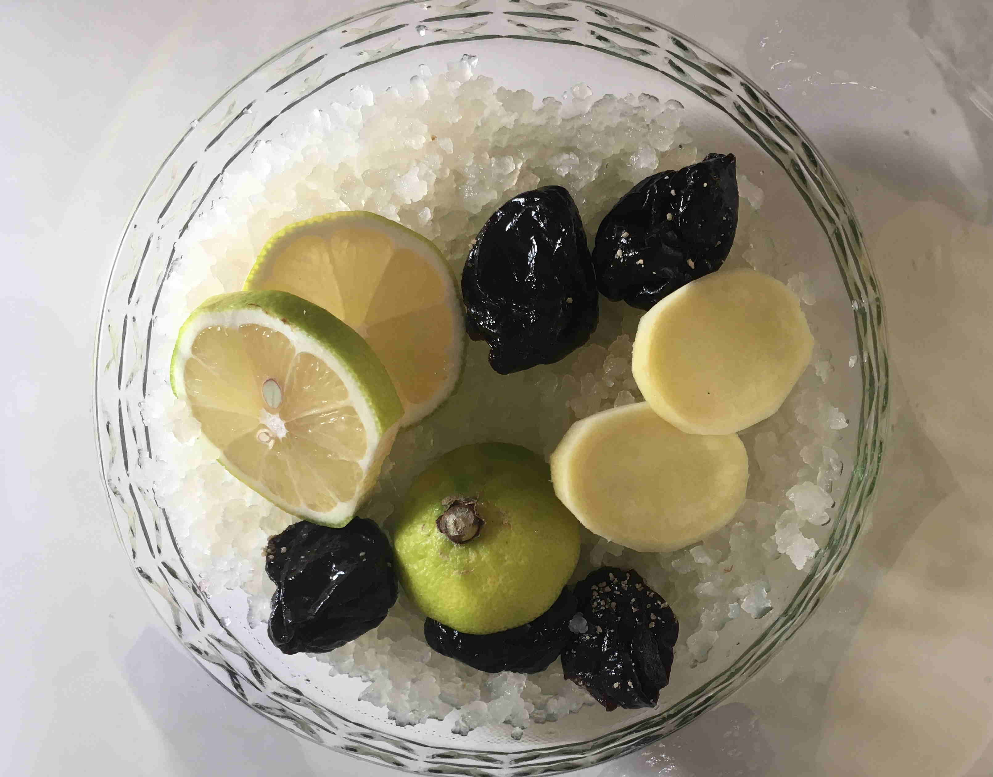 Als Ansatz für Wasserkefir braucht man Trockenfrüchte, Kristalle und Zitronen. Hier mit Ingwer als Geschmackskomponente