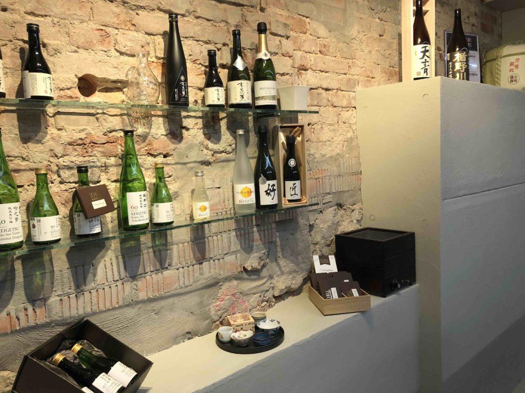 Sake satt im Laden von Nihon Mono in Berlin