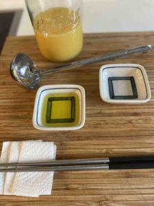 Vorbereiteter Abeitsplatz bei Tamagoyaki: Eimix, Ölschalen, Stäbchen un eine Kelle